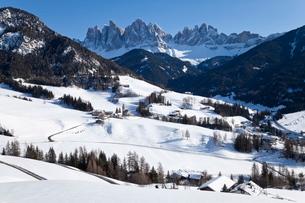 Winter landscape of St. Magdalena village and church, Geisler Spitzen, 3060m, Val di Funes, Dolomiteの写真素材 [FYI03779916]