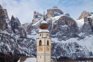 The church and village of Colfosco in Badia, 1645m, and Sella Massif range of mountains under winterの写真素材 [FYI03779919]