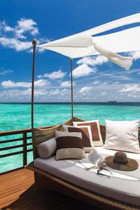 Sofa overlooking ocean, Maldivesn Oceanの写真素材 [FYI03779955]