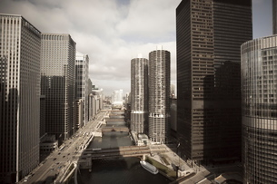 Skyscrapers along the Chicago River, Chicago, Illinois'の写真素材 [FYI03780076]