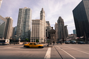 Wrigley Building by the Chicago River, Chicago, Illinois'の写真素材 [FYI03780082]