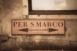 Street sign, Venice, Venetoの写真素材 [FYI03780102]