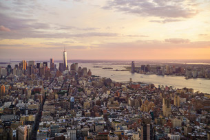 Skyline looking south towards Lower Manhattan at sunset, One World Trade Center in view, Manhattan,の写真素材 [FYI03780156]