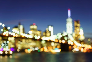 Defocussed view of Brooklyn Bridge and Lower Manhattan skyline at night, New York City, New York'の写真素材 [FYI03780204]