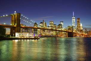 Brooklyn Bridge and Lower Manhattan skyline at night, New York City, New York'の写真素材 [FYI03780218]