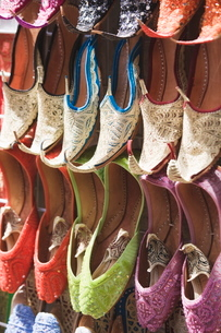 Traditional Arabic curly toed slippers, Deira, Dubai, United Arab Emirates, Middle Eastの写真素材 [FYI03780252]