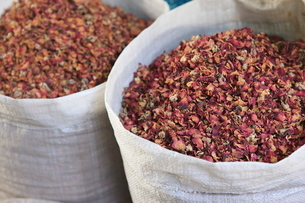 Dried rose petals for sale in the Spice Souk, Deira, Dubai, United Arab Emirates, Middle Eastの写真素材 [FYI03780253]