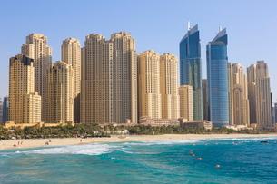 Hotel and apartment buildings along the seafront, Dubai Marina, Dubai, United Arab Emirates, Middleの写真素材 [FYI03780257]