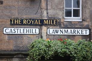 Signs, Royal Mile, Edinburgh, Lothian, Scotlandの写真素材 [FYI03780265]