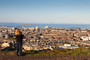 View towards Leith and the Firth of Forth from Calton Hill, Edinburgh, Lothian, Scotlandの写真素材 [FYI03780268]