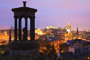 Edinburgh cityscape at dusk looking towards Edinburgh Castle, Edinburgh, Lothian, Scotlandの写真素材 [FYI03780277]