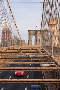 Traffic on Brooklyn Bridge, New York City, New York'の写真素材 [FYI03780309]