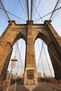 Early morning on Brooklyn Bridge, New York City, New York'の写真素材 [FYI03780337]
