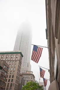 Broadway and Empire State Building shrouded in mist, Manhattan, New York City, New York'の写真素材 [FYI03780339]