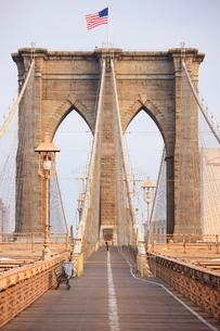 Early morning on Brooklyn Bridge, New York City, New York'の写真素材 [FYI03780343]
