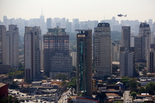 View over skyscrapers, traffic jam and helicopter in Sao Paulo, Brazilの写真素材 [FYI03780362]