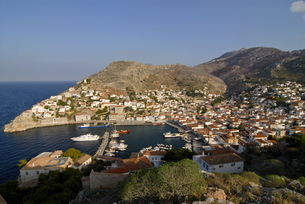 Small boats in the harbor of the island of Hydra, Greek Islandsの写真素材 [FYI03780512]
