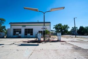 Abandonend petrol station along Route two through Nebraska'の写真素材 [FYI03780740]