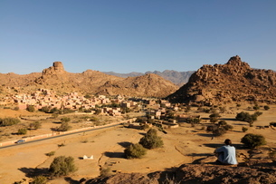 Tourist relaxing in the magical landscape of Tafraoute, Southern Moroccoの写真素材 [FYI03780772]