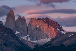 Early morning light on the towers of the Torres del Paine National Parkの写真素材 [FYI03780809]