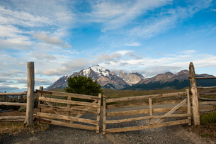 Cattle gate with the towers of the Torres del Paine National Park in backgroundの写真素材 [FYI03780820]