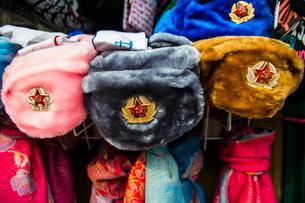 Soviet fur hats for sale in Peterhof (Petrodvorets), St. Petersburg, Russiaの写真素材 [FYI03780888]