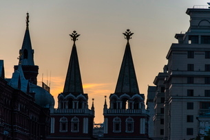 Silhouette of the History Museum and Resurrection Gate on Red Square at sunset, Moscow, Russiaの写真素材 [FYI03780895]