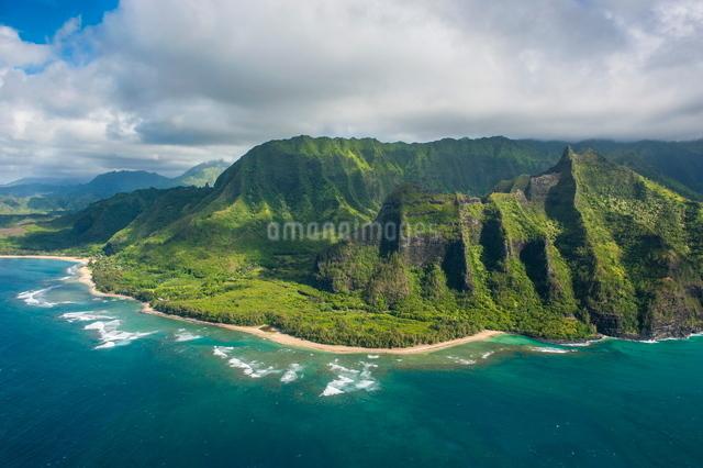 Aerial of the Napali coast, Kauai, Hawaiiの写真素材 [FYI03780917]