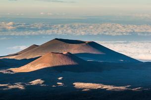 Volcanic cones on top of Mauna Kea, Big Island, Hawaiiの写真素材 [FYI03780974]