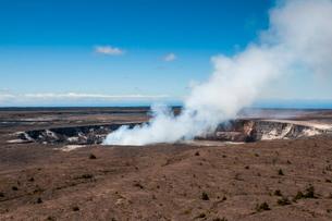 Smoking Kilauea Summit Lava Lake in the Hawaii Volcanoes National Park, Big Island, Hawaiiの写真素材 [FYI03780976]