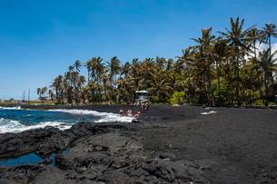 Punaluu Black Sand Beach on Big Island, Hawaiiの写真素材 [FYI03780980]