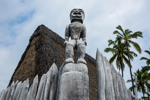 Wooden statues on the royal grounds in Puuhonua o Honaunau National Historical Park, Big Island, Hawの写真素材 [FYI03780982]