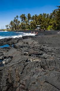 Punaluu Black Sand Beach on Big Island, Hawaiiの写真素材 [FYI03780983]