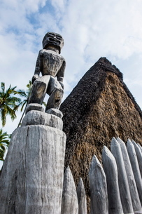 Wooden statues on the royal grounds in Puuhonua o Honaunau National Historical Park, Big Island, Hawの写真素材 [FYI03780986]