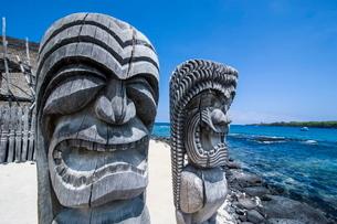 Wooden statues in Puuhonua o Honaunau National Historical Park, Big Island, Hawaiiの写真素材 [FYI03780987]