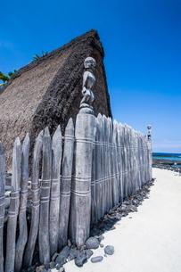 Wooden statues on the royal grounds  in Puuhonua o Honaunau National Historical Park, Big Island, Haの写真素材 [FYI03780990]