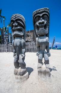 Wooden statues in Puuhonua o Honaunau National Historical Park, Big Island, Hawaiiの写真素材 [FYI03780991]