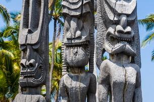 Wooden statues in the Puuhonua o Honaunau National Historical Park, Big Island, Hawaiiの写真素材 [FYI03780993]