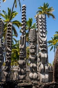 Wooden statues in the Puuhonua o Honaunau National Historical Park, Big Island, Hawaiiの写真素材 [FYI03780994]