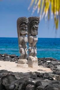 Wooden statues in the Puuhonua o Honaunau National Historical Park, Big Island, Hawaiiの写真素材 [FYI03780996]