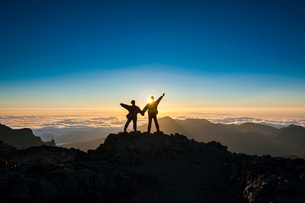 Tourists in backlight waiting for sunset, Haleakala National Park, Maui, Hawaiiの写真素材 [FYI03781040]