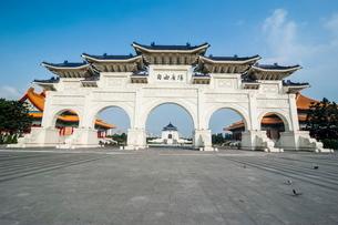 Huge gate in front of the Chiang Kai-Shek Memorial Hall, Taipei, Taiwanの写真素材 [FYI03781060]