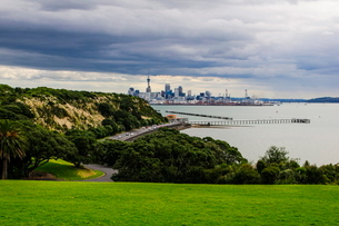View from the Michael Joseph Savage memorial at the Tamaki Drive over the skyline of Auckland, Northの写真素材 [FYI03781104]