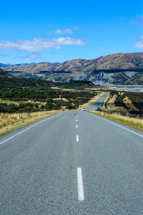 Road leading above the Lewis Pass, South Island, New Zealandの写真素材 [FYI03781225]
