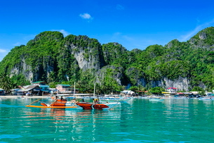 The bay of El Nido with outrigger boats, Bacuit Archipelago, Palawan, Philippines, Southeast Asiaの写真素材 [FYI03781279]