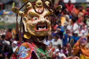 Masked dancer at religious festival with many visitors, Paro Tsechu, Paro, Bhutanの写真素材 [FYI03781280]