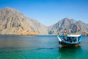 Tourist boat in form of a dhow sailing in the Khor ash-sham fjord, Musandam, Oman, Middle Eastの写真素材 [FYI03781298]