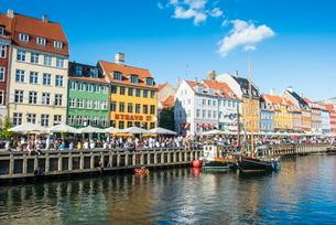 Fishing boats in Nyhavn, 17th century waterfront,  Copenhagen, Denmark, Scandinaviaの写真素材 [FYI03781428]