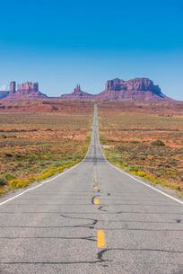Long road leading into the Monument Valley, Arizona'の写真素材 [FYI03781507]