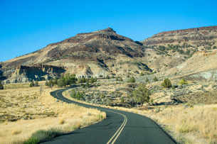 Road leading through the Sheep Rock unit in the John Day Fossil Beds National Monument, Oregon'の写真素材 [FYI03781588]